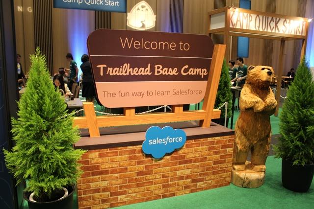 開発者/管理者向けゾーン「TRAILHEAD BASE CAMP」は、その名通りキャンプ場のようにデザインされていました。